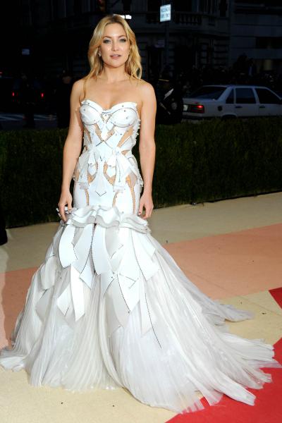Kate Hudson plutôt angélique en fait... Ou c'est la version futuriste de la robe de mariée ?