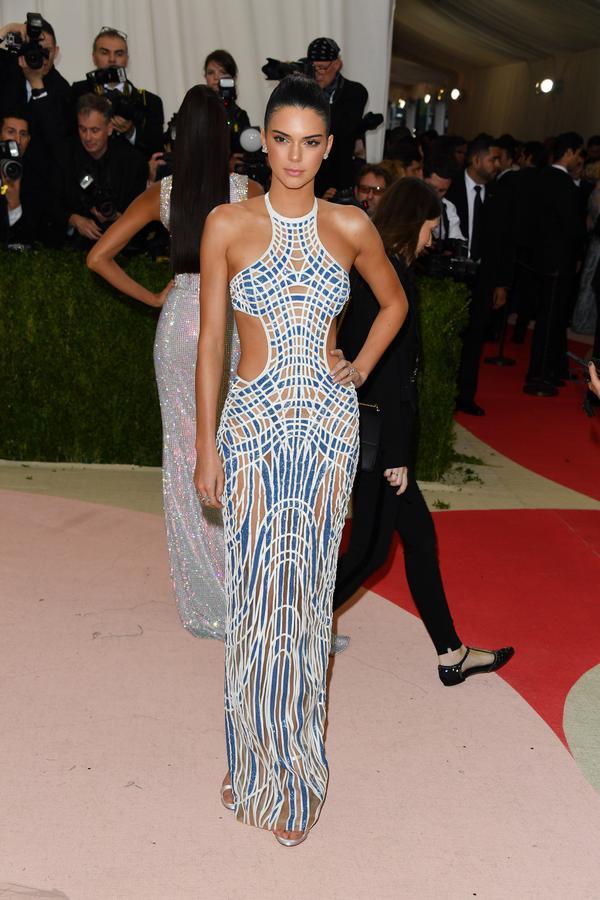 On ne peut qu'aime r ce look symétrique de Kendall Jenner.