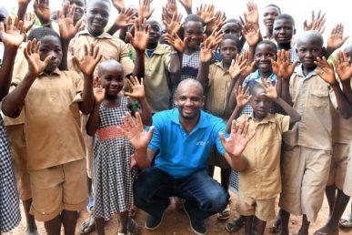 Dr. Aboubacar Kampo et des enfants